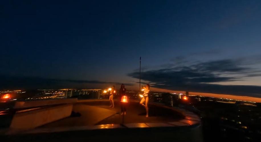 Перфоманс с обнаженными девушками сняли на крыше одной из высоток в Петербурге. Фото Скриншот YouTube