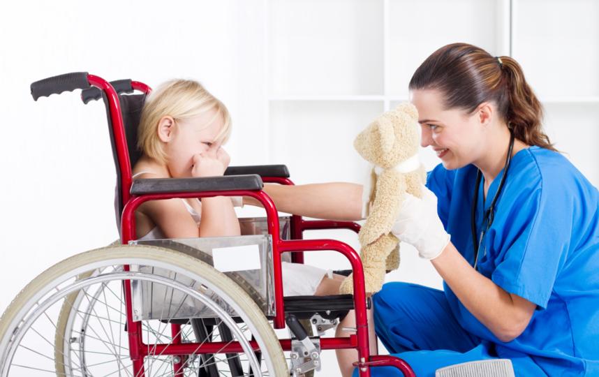 Любой ребёнок с двигательными нарушениями нуждается в помощи, несмотря на степень сложности диагноза. Фото Depositphotos