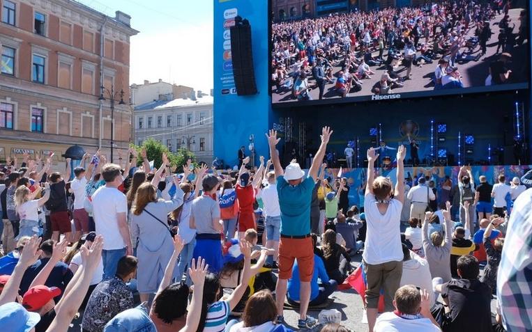"""Фан-зона на Конюшенной площади. Фото Алена Бобрович, """"Metro"""""""