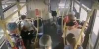 Петербурженка упала в обморок в салоне автобуса, но никто даже не попытался ей помочь – видео