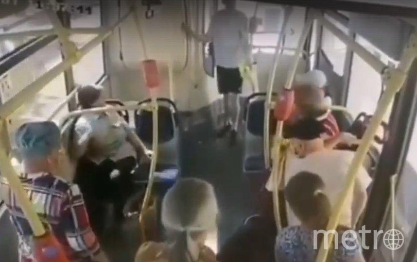 Остальные пассажиры равнодушно смотрели на происходящее. Фото vk.com/spb_today_unpublished.