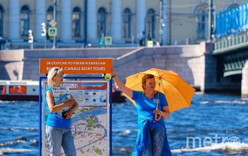 """С помощью зонта в Петербурге спасаются не только от дождей. Фото Алена Бобрович, """"Metro"""""""