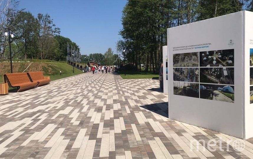 """Выставка рядом с аллеей героев российского флота. Фото """"Metro"""""""