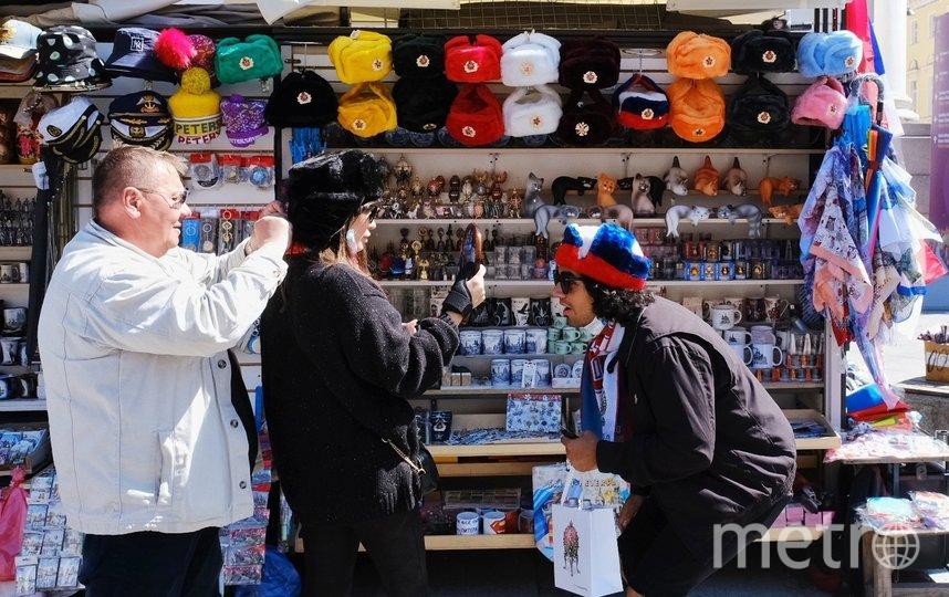 "Туристы из Америки примеряют шапки. Фото Алена Бобрович, ""Metro"""