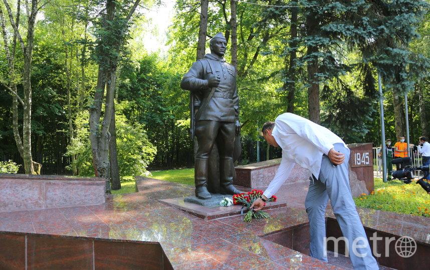 Пётр Толстой возложил цветы к памятнику. Фото Александр Чикин