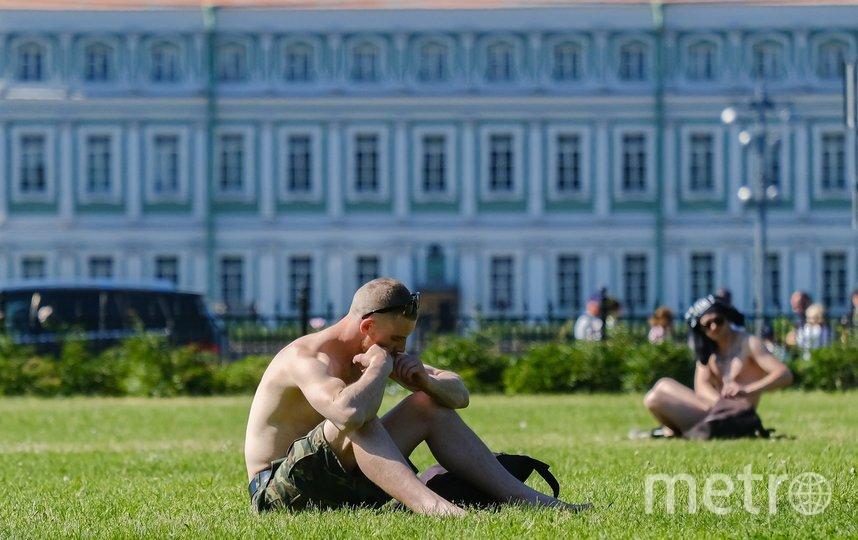 "Петербуржцы загорают прямо в городе. Фото Алена Бобрович, ""Metro"""