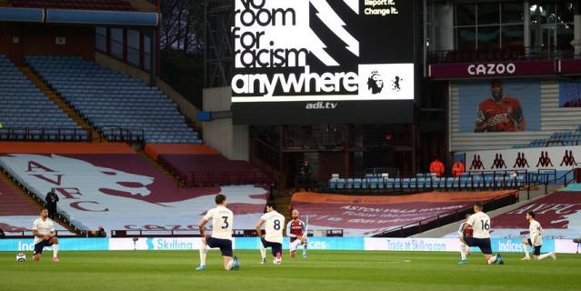 В Англии перед игрой на колено встают все игроки.