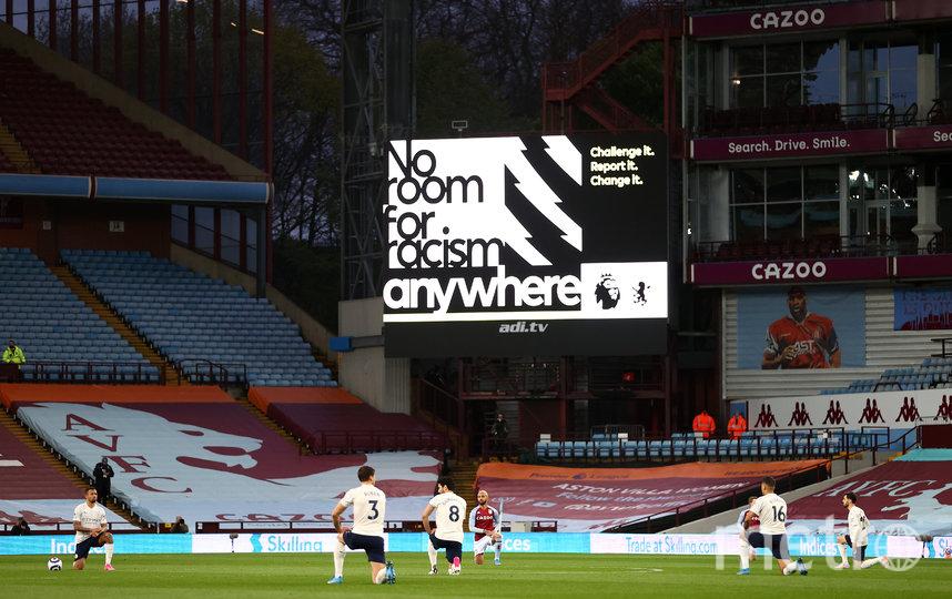 В Англии перед игрой на колено встают все игроки. Фото Getty