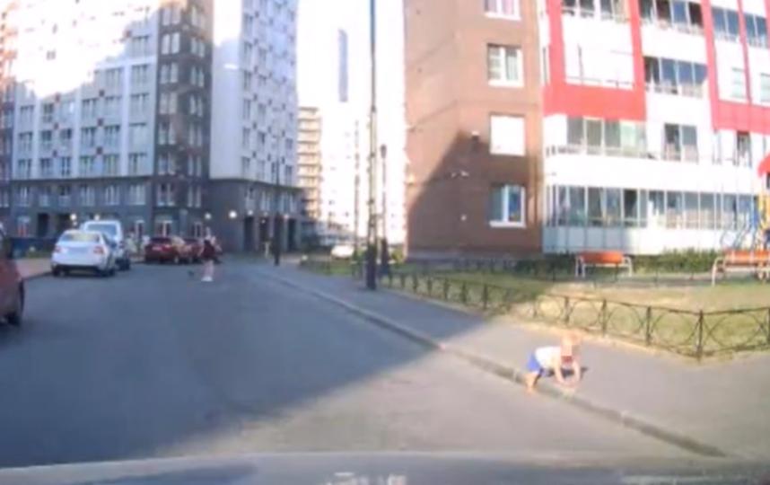 Ребенок рядом с проезжей частью. Фото Скриншот видео: https://vk.com/spb_today
