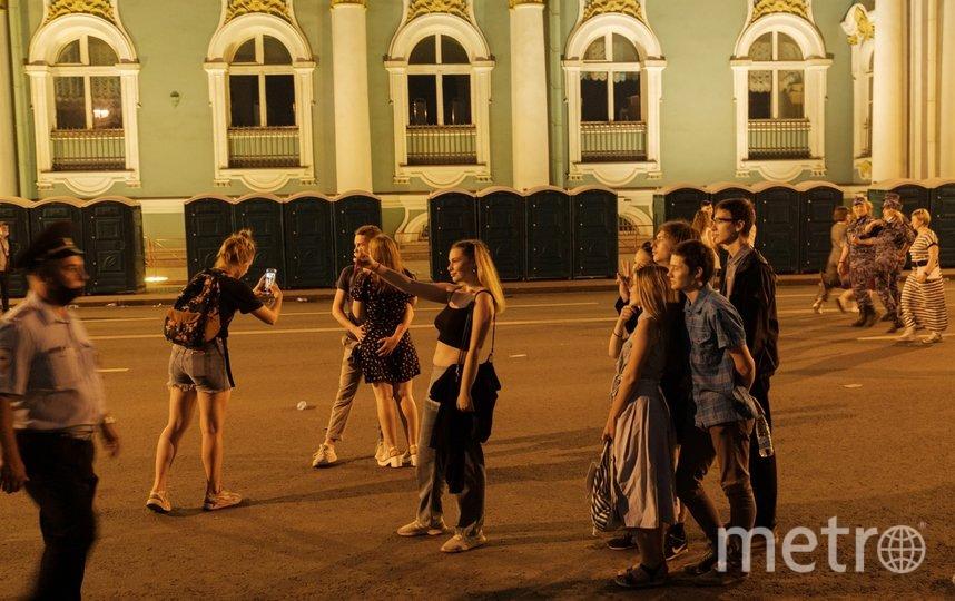 """Выпускники гуляют по центру города. Фото Алена Бобрович, """"Metro"""""""