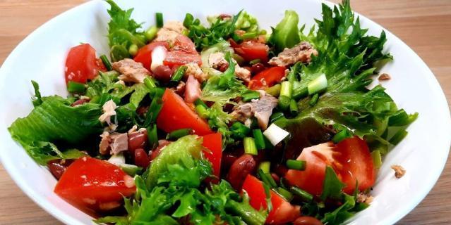 Легкий салат с фасолью и консервированным лососем.