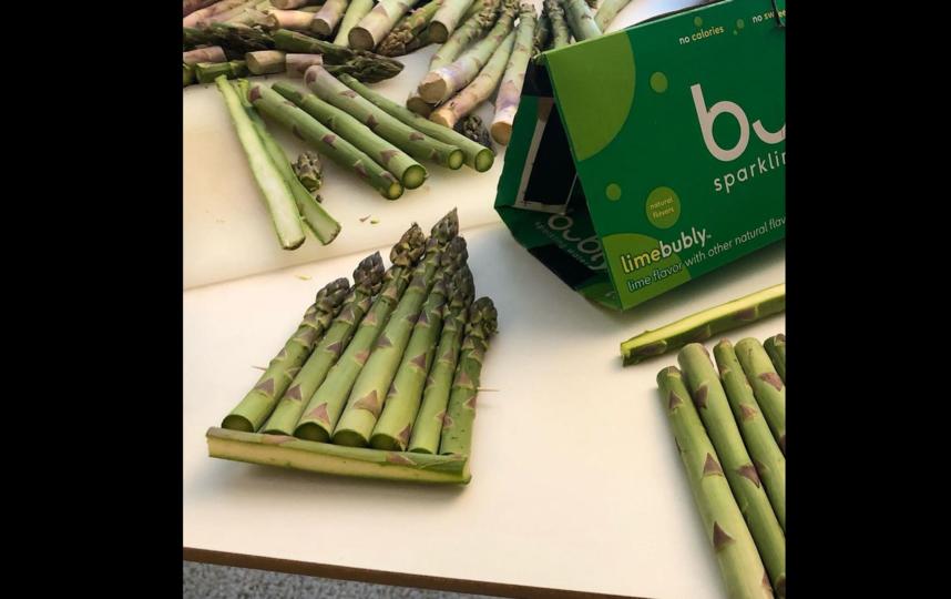 Бен Дензер использовал палочки для еды, чтобы скрепить свежие овощи и создать каркас. Фото Instagram: @bdenzer