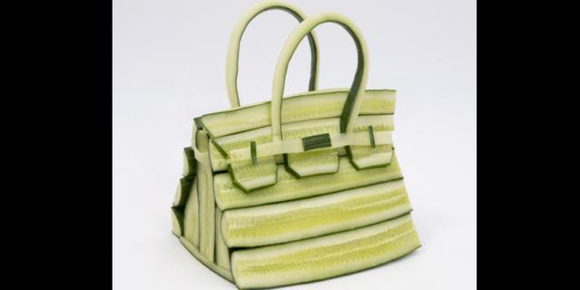 Дизайн сумок освежили за счёт овощей и фруктов.