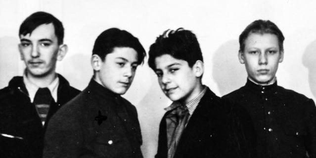 Одноклассники Дмитриев и Мечик. В старших классах Сергей взял мамину фамилию и стал Довлатовым.