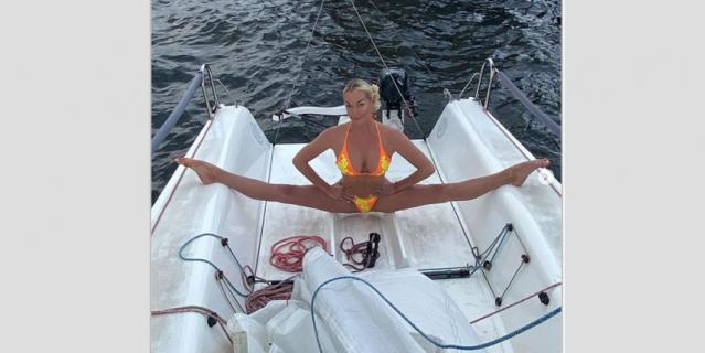 Анастасия Волочкова демонстрирует растяжку.