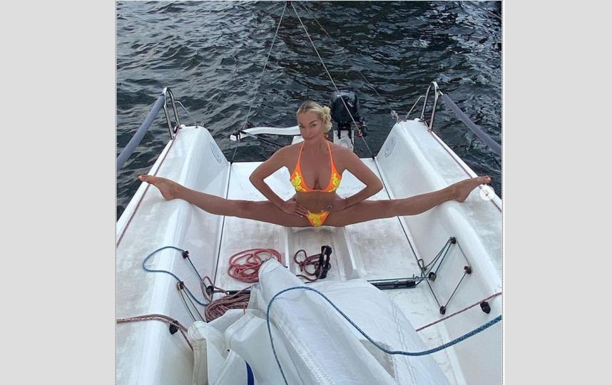 Анастасия Волочкова демонстрирует растяжку. Фото Instagram: @volochkova_art