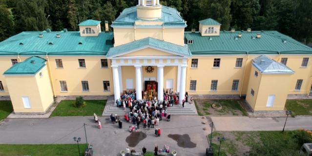 В библиотеке при храме Марии Магдалины читают Достоевского.