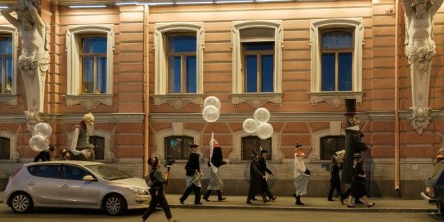 Прошлись по Аничковому мосту, набережной Фонтанки, и в скором временем оказались на Пушкинской.