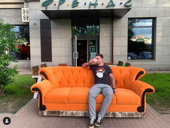 Тот самый оранжевый диван. Фото Скриншот Instagram @friendsspb