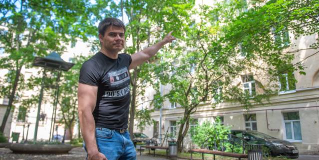 Сергей показывает свой балкон.