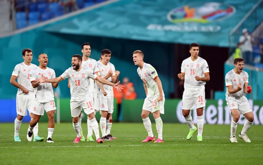 Жорди Альба (№ 18) и его партнёры по сборной Испании во время серии пенальти в матче со Швейцарией. Фото Getty