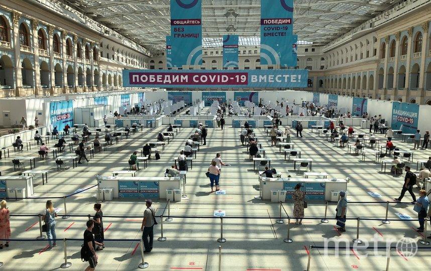 """Вакцинация от коронавируса в Гостином дворе. Фото АГН """"Москва"""""""
