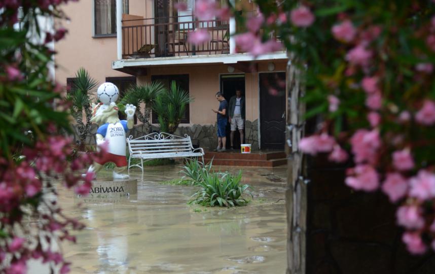 Местные жители подобным катаклизмам давно не удивляются, а вот туристы в шоке. Фото РИА Новости