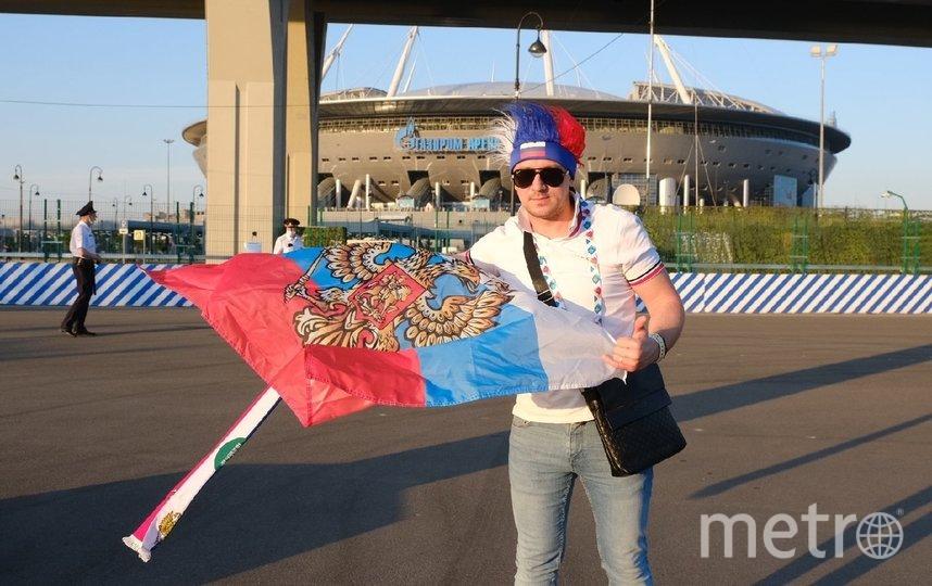 Болельщик возле стадиона, на котором проходили матчи ЕВРО-2020. Фото Алена Бобрович