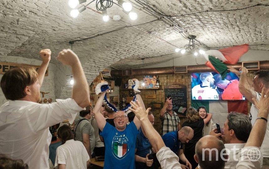 """Когда забивали итальянцы, ресторан взрывали возгласы ликования. Фото Алена Бобрович, """"Metro"""""""