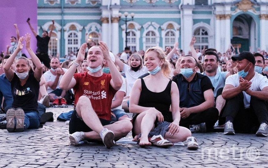 Болельщики смотрят финальный матч ЕВРО-2020. Фото Алена Бобрович