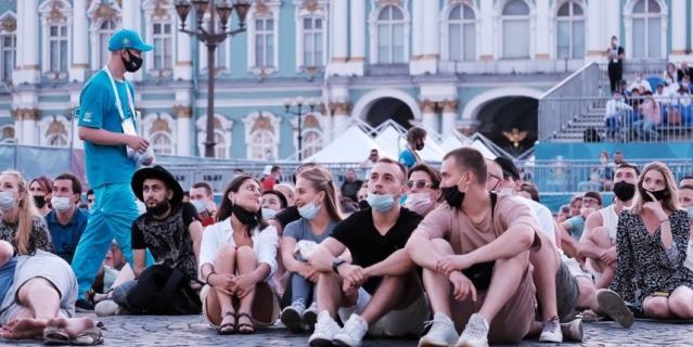 Болельщики смотрят финальный матч ЕВРО-2020.