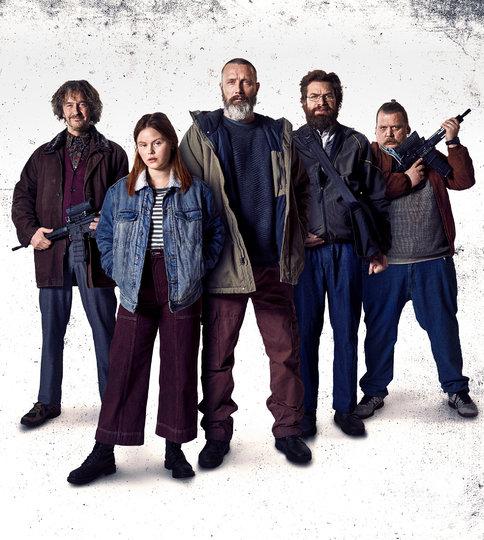 На IVI выходит черная комедия «Рыцари справедливости» с Мадсом Миккельсеном в главной роли.