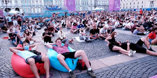 Болельщики Евгений и Алексей в ожидании матча.