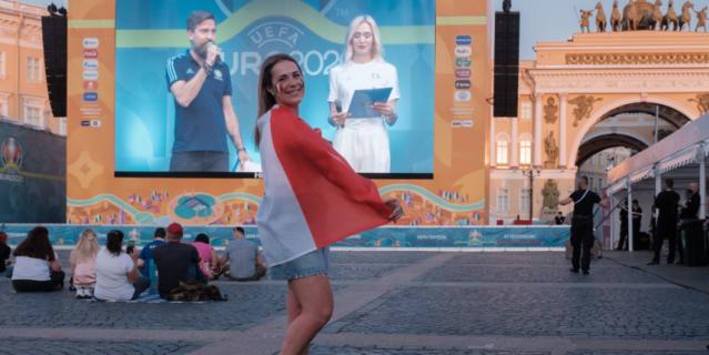 Юлии нравится, что на Дворцовой площади много свободного места.