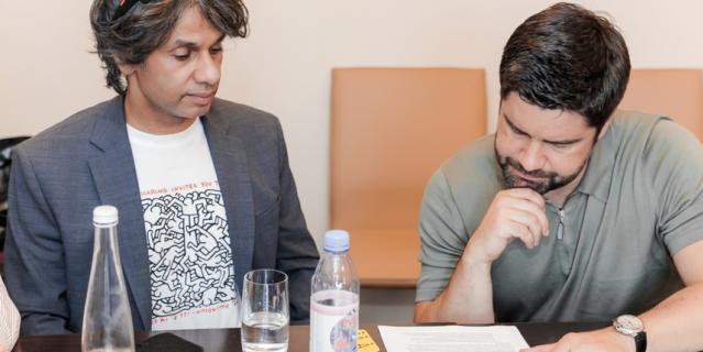 Али Мангера и Дмитрий Панов знакомятся с концепцией будущего парка.