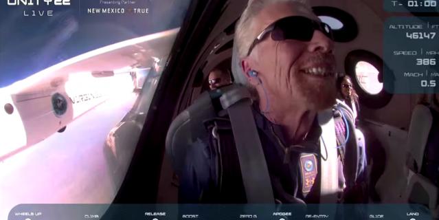 Весь полёт семидесятилетний Брэнсон не мог скрыть своей счастливой улыбки, ведь его детская мечта сбылась.