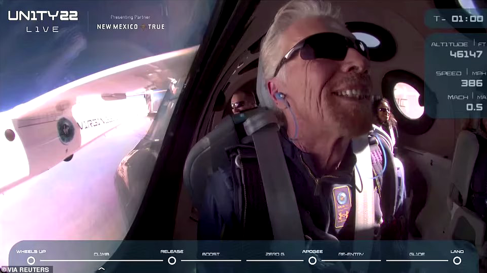 Весь полёт семидесятилетний Брэнсон не мог скрыть своей счастливой улыбки, ведь его детская мечта сбылась. Фото скриншот VIRGIN GALACTIC