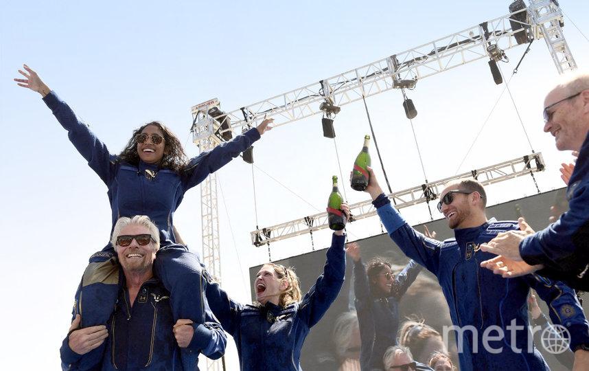 На плечах у Брэнсона – Сириша Бандла, вице-президент по связям с правительством. Она тоже была в ракетоплане, всего там находились 4 пассажира. Фото AFP