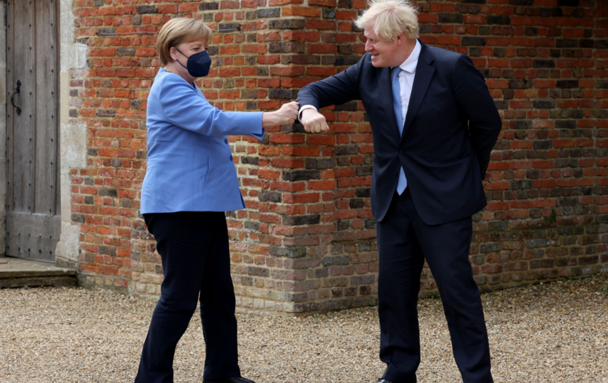 Способ, которым поздоровались премьер-министр Великобритании Борис Джонсон и канцлер Германии Ангела Меркель, вполне соответствует правилам коронавирусного этикета. Фото Getty