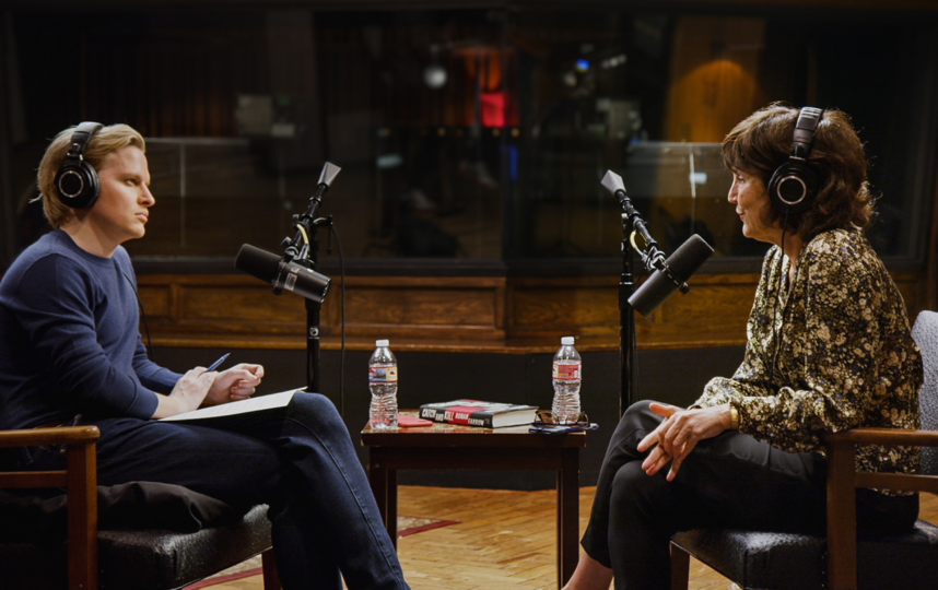 Сюжет: сериал построен на интервью Ронана Фэрроу, которое тот берёт у жертв сексуального насилия, частных детективов и людей, ставших свидетелями в деле о сексуальных преступлениях Харви Вайнштейна. Фото HBO