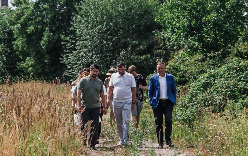 """Территорию будущего парка осмотрели сразу после совещания. Фото """"Новые люди""""."""