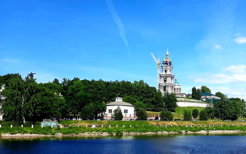 """С воды можно увидеть, как восстанавливают Костромской кремль, который был взорван в 1934 году. Фото Зина Белова, """"Metro"""""""