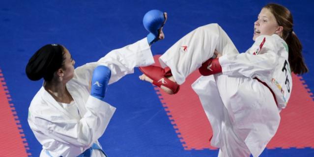 Анна Чернышева (справа) против соперницы из Ирана на юношеской Олимпиаде, 2018 год.