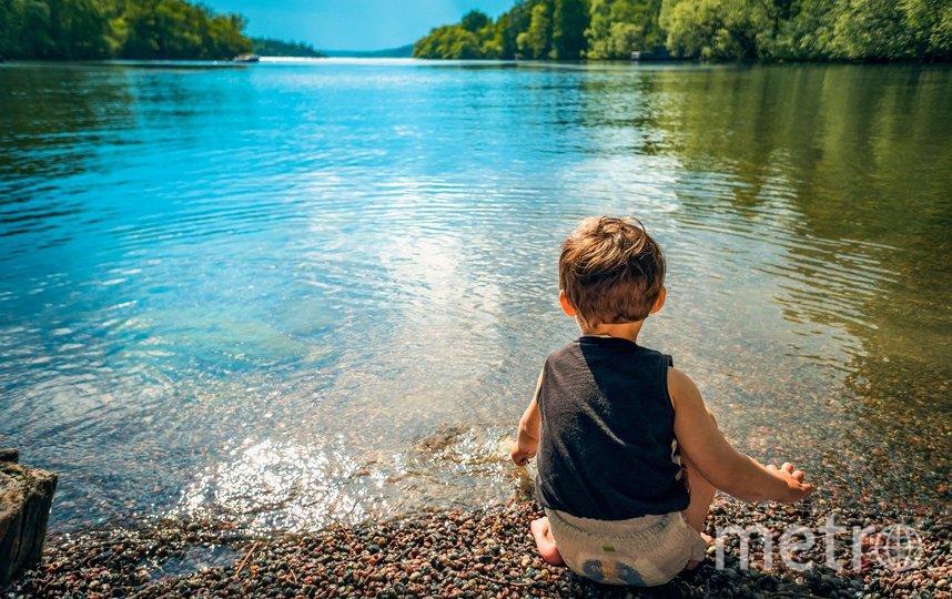Ребенок ни в коем случае не должен подходить один близко к воде. Фото pixabay