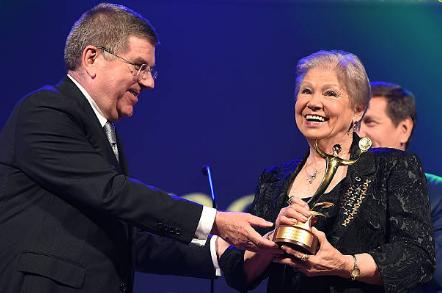 Лариса Латынина в 2014 году с наградой от Ассоциации национальных олимпийских комитетов за выдающиеся выступления.
