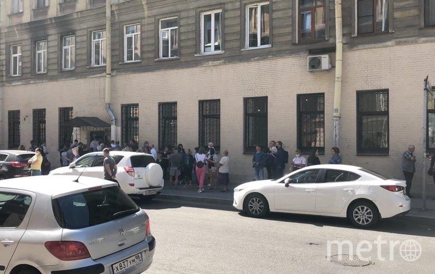 Очередь возле входа в отдел загса на улице Достоевского. Фото https://vk.com/spb_today