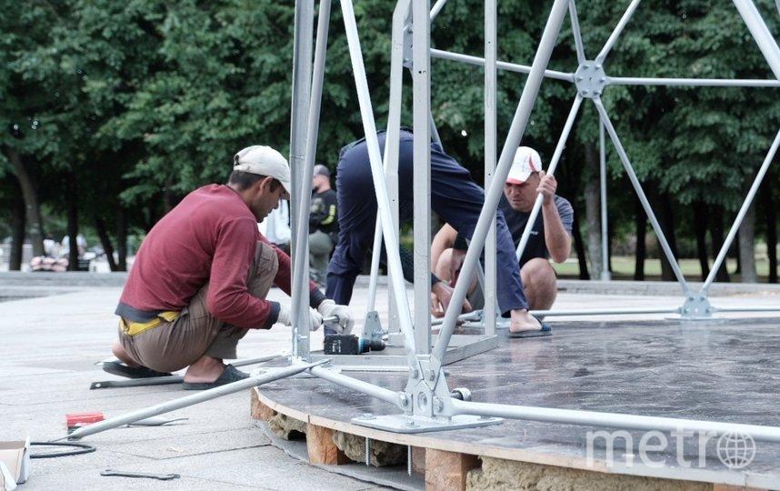 Специалисты установили карках шатра в парке 300-летия Петербурга. Фото Алена Бобрович