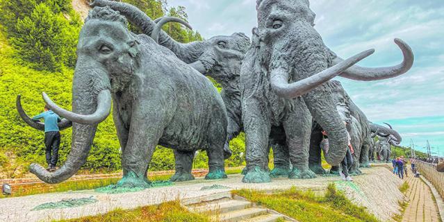 Между прочим, на этих мамонтов, носорогов и и остальных зверей можно залезать и фотографироваться в своё удовольствие, что все дружно и делают.