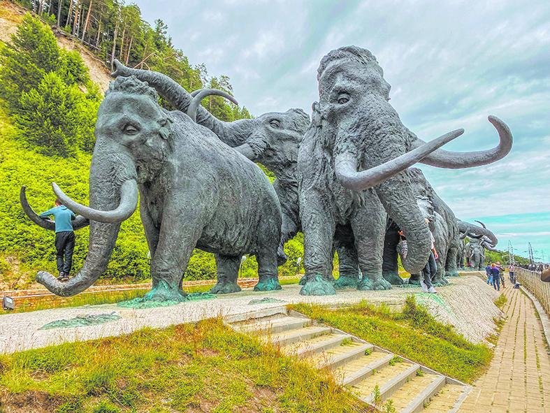 Между прочим, на этих мамонтов, носорогов и и остальных зверей можно залезать и фотографироваться в своё удовольствие, что все дружно и делают. Фото все: Павел Киреев, Наталья Анисимова