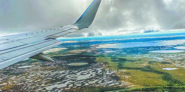 Вид из иллюминатора мне напомнил родную Латгалию. Тысячи озёр... и болот.